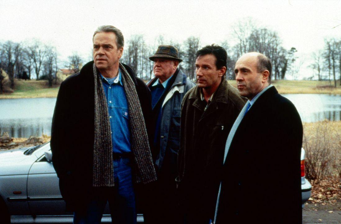 Wolff (Jürgen Heinrich, l.), Sawatzki (Klaus Pönitz, 2.v.l.) und Staatsanwalt Fried (Gerd Wameling, r.) haben den geflüchteten Frauenmörder Hopp... - Bildquelle: Alfred Raschke Sat.1