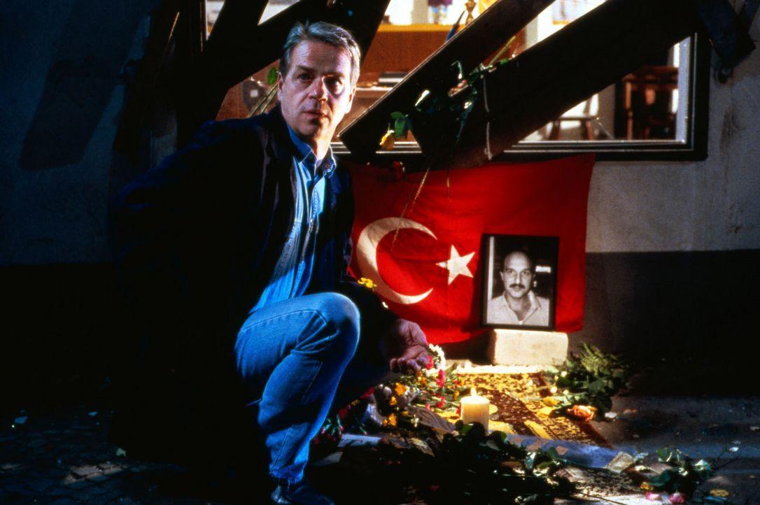 Kommissar Wolff (Jürgen Heinrich) recherchiert in dem Mordfall an dem Betriebsrat Ibrahim, der in der Fabrik tot aufgefunden wurde ... - Bildquelle: Alfred Raschke Sat.1