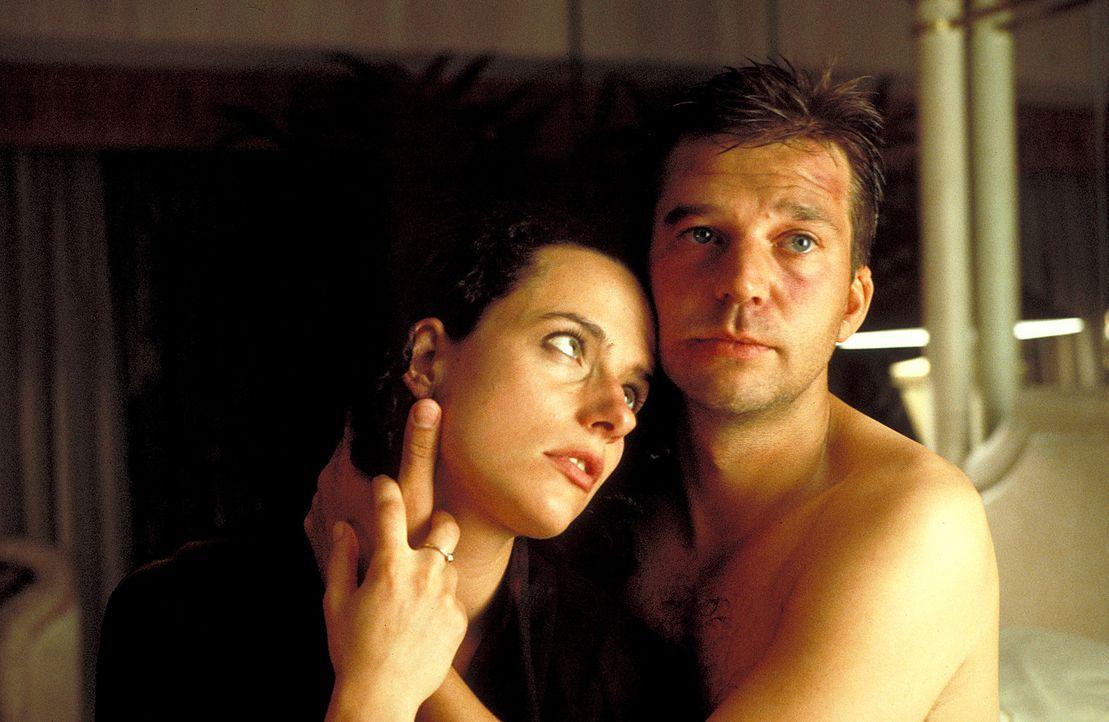 Ein paar Tage New York, und dann wollen Joachim (Kai Wiesinger, r.) und Eva (Claudia Michelsen, l.) heiraten. Doch vorher nimmt Joachim noch schnell... - Bildquelle: Norm Shrewsbury ProSieben