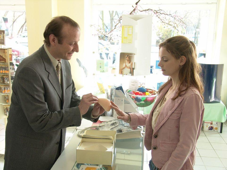 Andrea (Marie Zielcke, r.) lässt sich vom Verkäufer (Rainer Reiners, l.) eine äußere Brustprothese zeigen und entschließt sich, diese auch anzunehme... - Bildquelle: Volker Roloff Sat.1