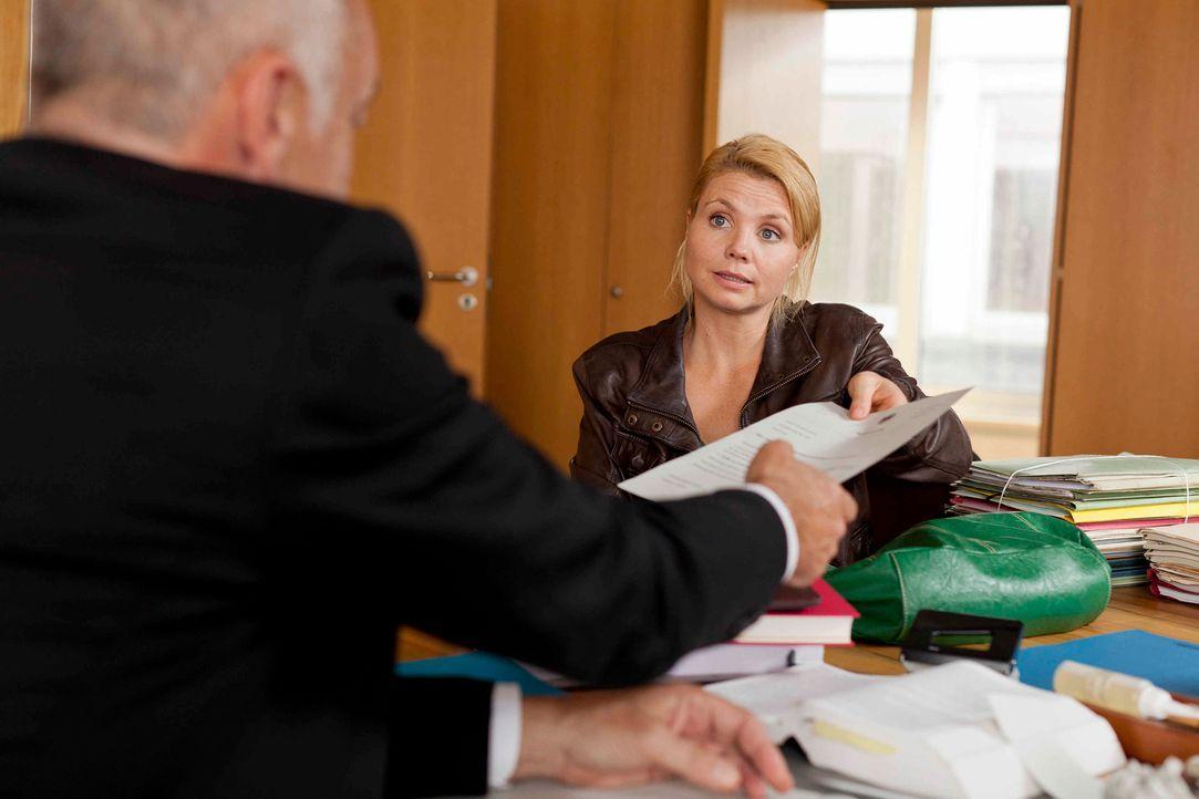 Um ihren neuen Klienten vor der Abschiebung zu retten, versucht Danni (Annette Frier, r.) alles, um den Ermittlungsrichter (Jochen Kolenda, l.) auf... - Bildquelle: Frank Dicks SAT.1