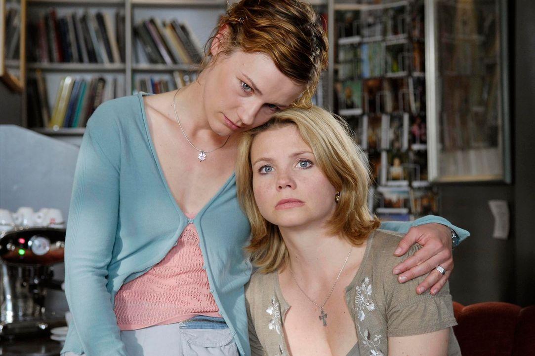 Als Minza (Annette Frier, r.) erfährt, dass Valerie (Rhea Harder, l.) und Frieder nach Neuseeland auswandern wollen, bricht für sie eine Welt zusamm... - Bildquelle: Marco Nagel ProSieben