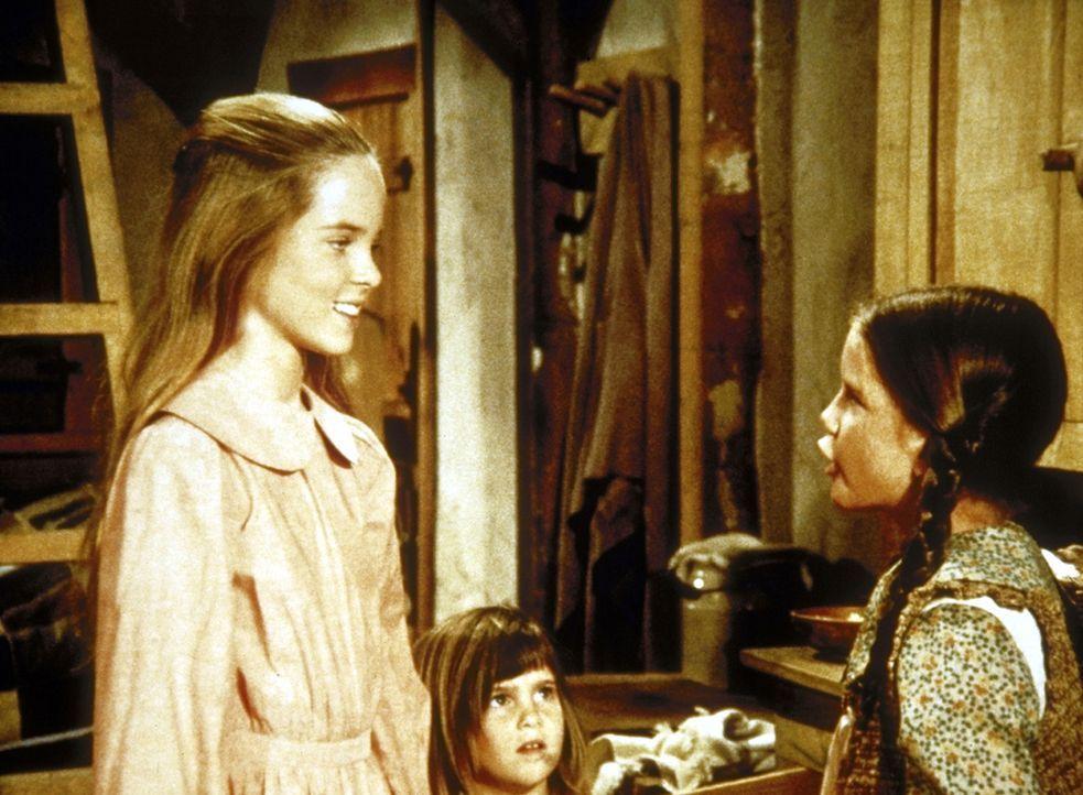Mary (Melissa Sue Anderson, l.), Laura (Melissa Gilbert, r.) und Carrie (Lindsay Sidney Greenbush, M.) überlegen, was sie ihren Eltern zu Weihnachte... - Bildquelle: Worldvision