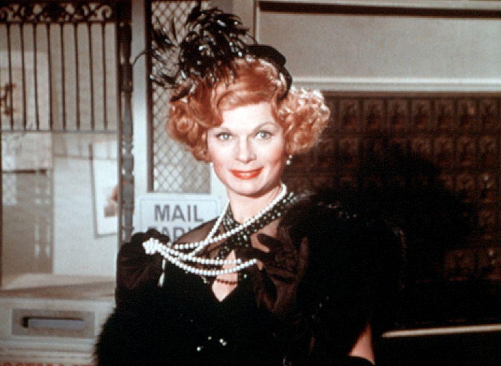 Orma Lee (Ronnie Cliare Edwards) hat sich zum Ausgehen zurechtgemacht und zeigt stolz ihre Perlenkette, die ihr Tante Cordelia vererbt hat. - Bildquelle: WARNER BROS. INTERNATIONAL TELEVISION