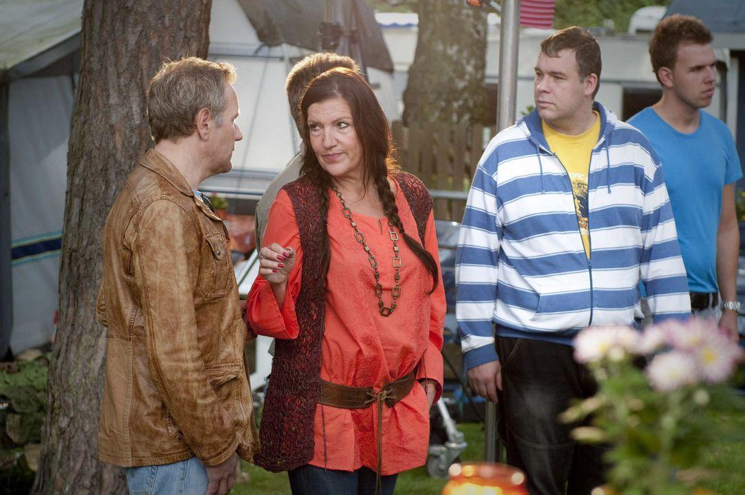Noch glaubt Rita (Katy Karrenbauer, 2.v.l.), dass ihr Mann Harry nichts von ihrem Verhältnis mit Wim (Ronald Top, l.) weiß. Doch dann wird Harry erm... - Bildquelle: Martin Rottenkolber SAT.1 / Martin Rottenkolber