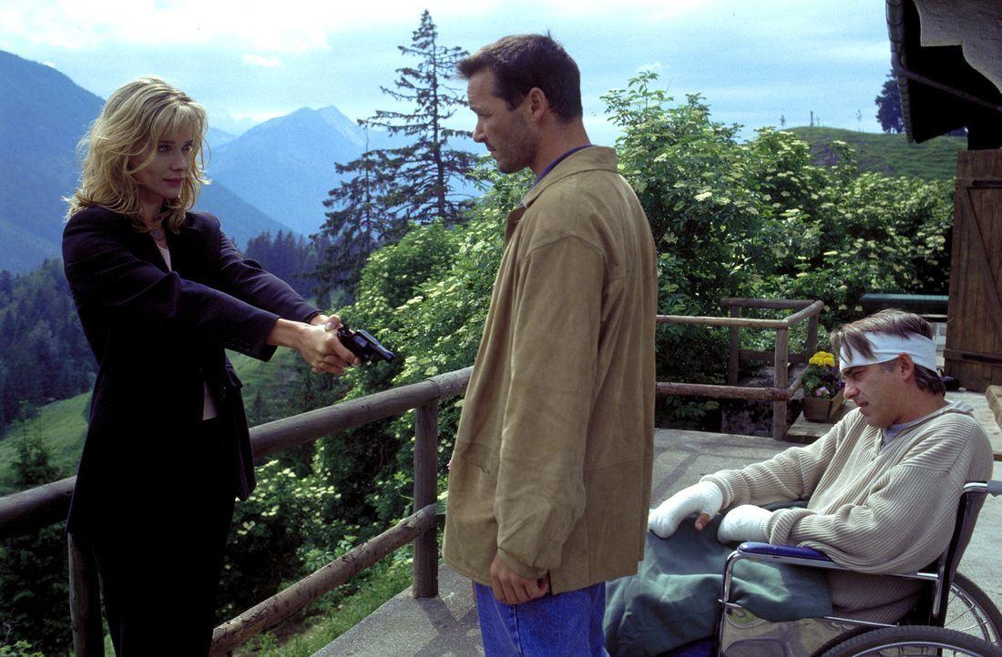 Julia (Ann-Kathrin Kramer, l.) glaubt zu wissen, was zwischen Nicolas (Michael Roll, M.) und ihrem Mann Philipp (Christoph M. Ohrt, l.) auf der Berg... - Bildquelle: Frank Lemm ProSieben
