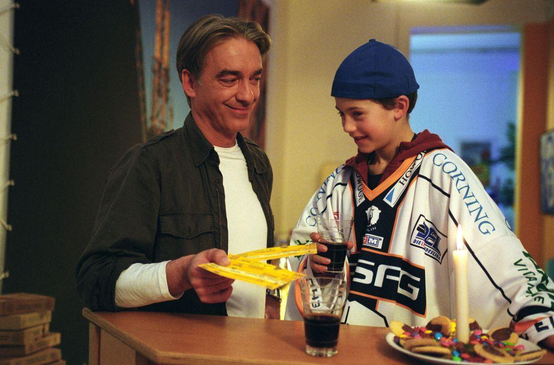 Jo (Christoph M. Ohrt, l.) schenkt Konstantin (Aaron Altaras, r.) eine Eintrittskarte zum Eishockeyspiel. - Bildquelle: Hardy Spitz Sat.1