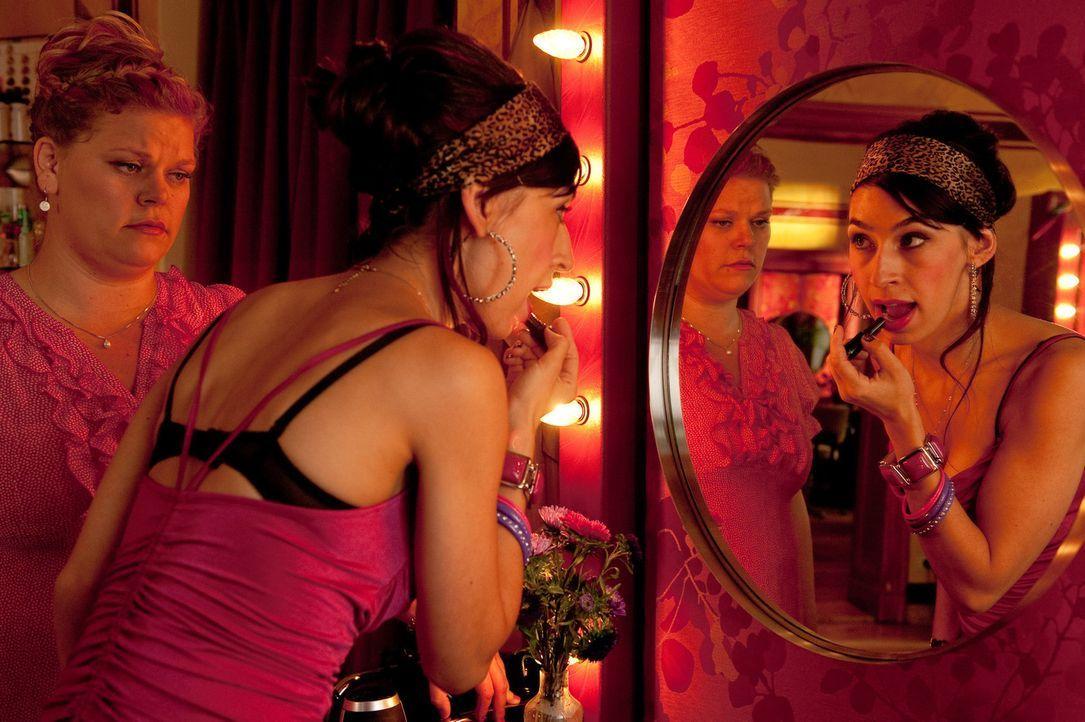 Immer wieder muss die mollige Mandy (Marie Schöneburg, l.) erleben, dass ihre gertenschlanke Kollegin Jeanette (Carol Schuler, r.) ihr das Gefühl gi... - Bildquelle: Maria Krumwiede SAT.1