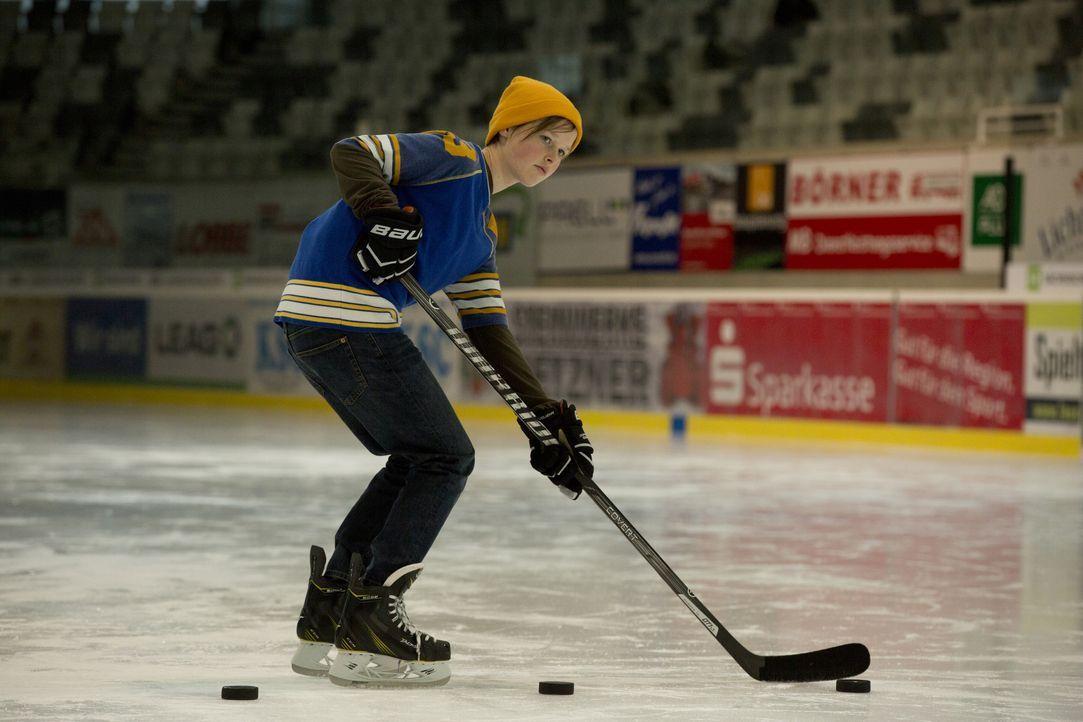 Die 13-jährige Nic (Lisa Bahati Wihstutz) spielt besser Eishockey als die meisten Jungs und sieht auch wie einer aus. Für ihren Vater - Witwer und E... - Bildquelle: Volker Roloff SAT.1 / Volker Roloff