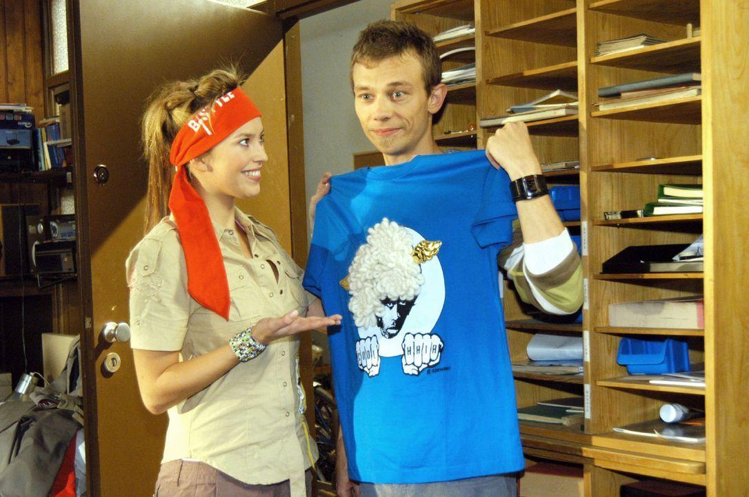 Jürgen (Oliver Bokern, r.) fordert Hannah (Laura Osswald, l.) auf, das angerichtete Chaos in seinem Zimmer zu beseitigen. Doch die denkt gar nicht d... - Bildquelle: Noreen Flynn Sat.1