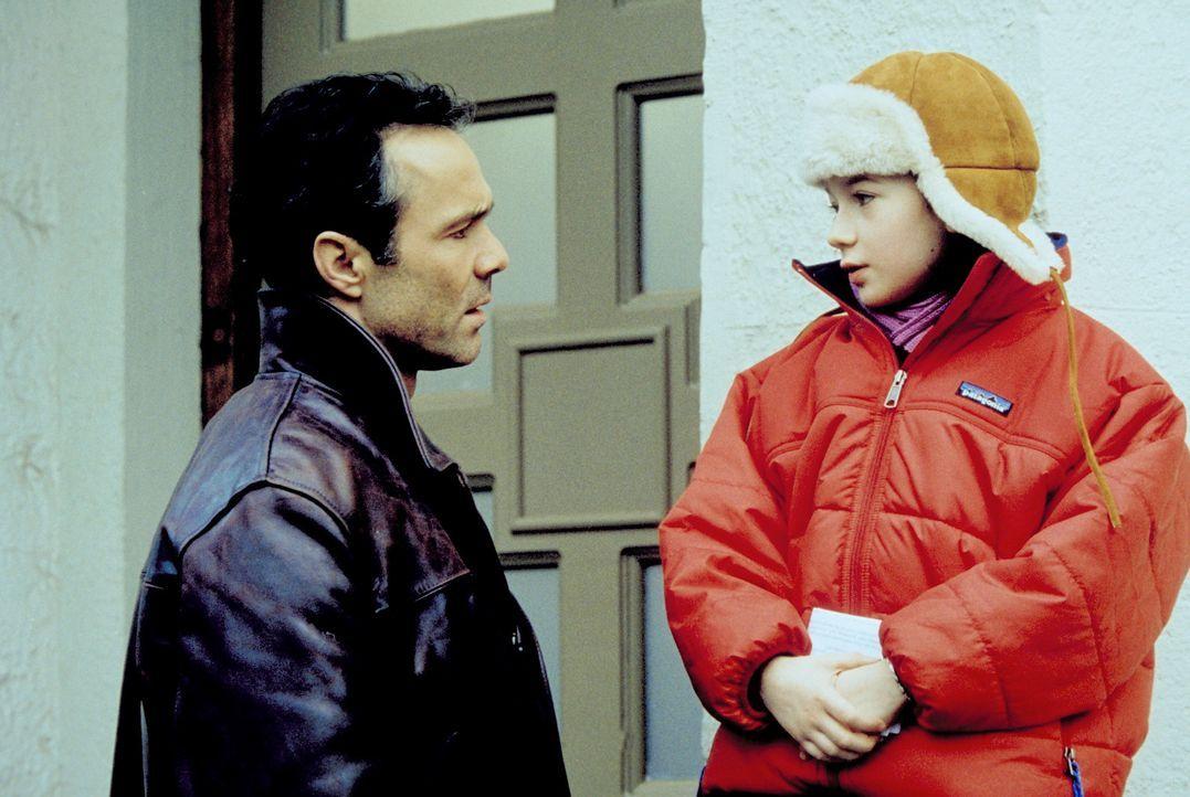 Als Robert (Hannes Jaenicke, l.) zufällig erfährt, der echte Vater von Taffy (Nina Gummich, r.) zu sein, versucht er, Julia mit allen Mitteln zurück... - Bildquelle: Christian A. Rieger ProSieben