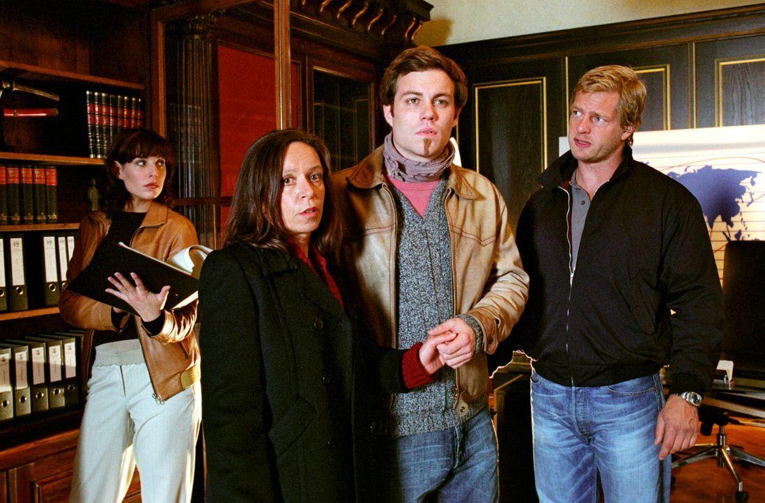 Nina (Elena Uhlig, l.) und Leo (Henning Baum, r.) müssen die Ehefrau (Vera Lippisch, 2.v.l.) und den Sohn (Bernhard Piesk, 2.v.r.) des brutal zusamm... - Bildquelle: Christian A. Rieger Sat.1