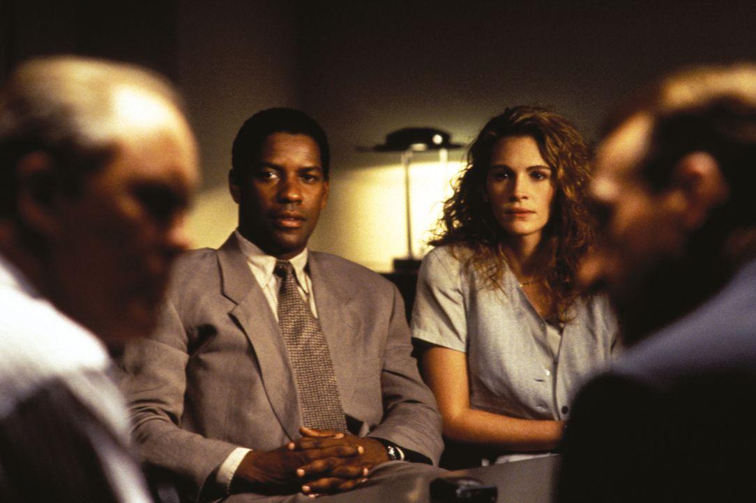 Wem können der Reporter Gray Grantham (Denzel Washington, 2.v.l.) und seine Informantin Darby Shaw (Julia Roberts, 2.v.r.) noch trauen? - Bildquelle: 1993 Warner Brothers