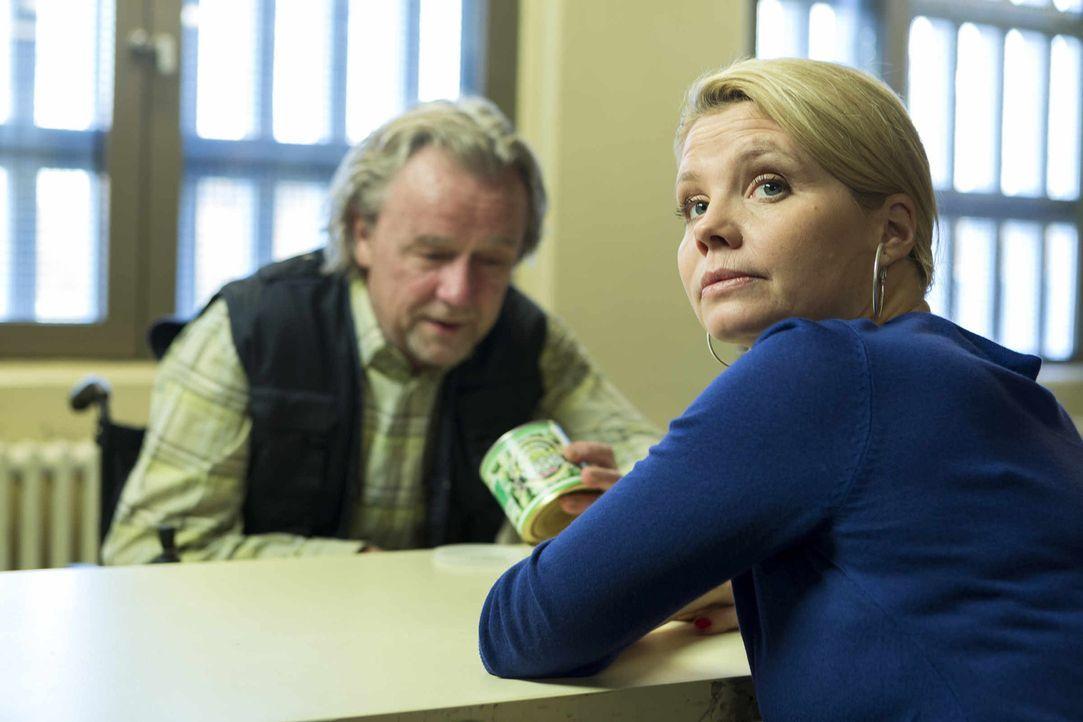"""Pit hat seine Therapeutin gefeuert und verfolgt eine neue Strategie, Danni (Annette Frier, r.) zu beindrucken: Er stellt Kurt (Axel Siefer, l.), """"se... - Bildquelle: Frank Dicks SAT.1"""