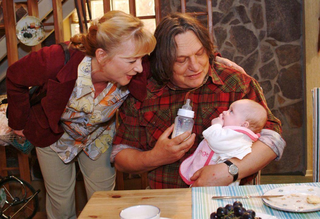 Helga (Ulrike Mai, l.) und Bernd (Volker Herold, r.) sind überglücklich, dass sie die Wahl-Großeltern von Baby Bärbel sind. - Bildquelle: Noreen Flynn Sat.1