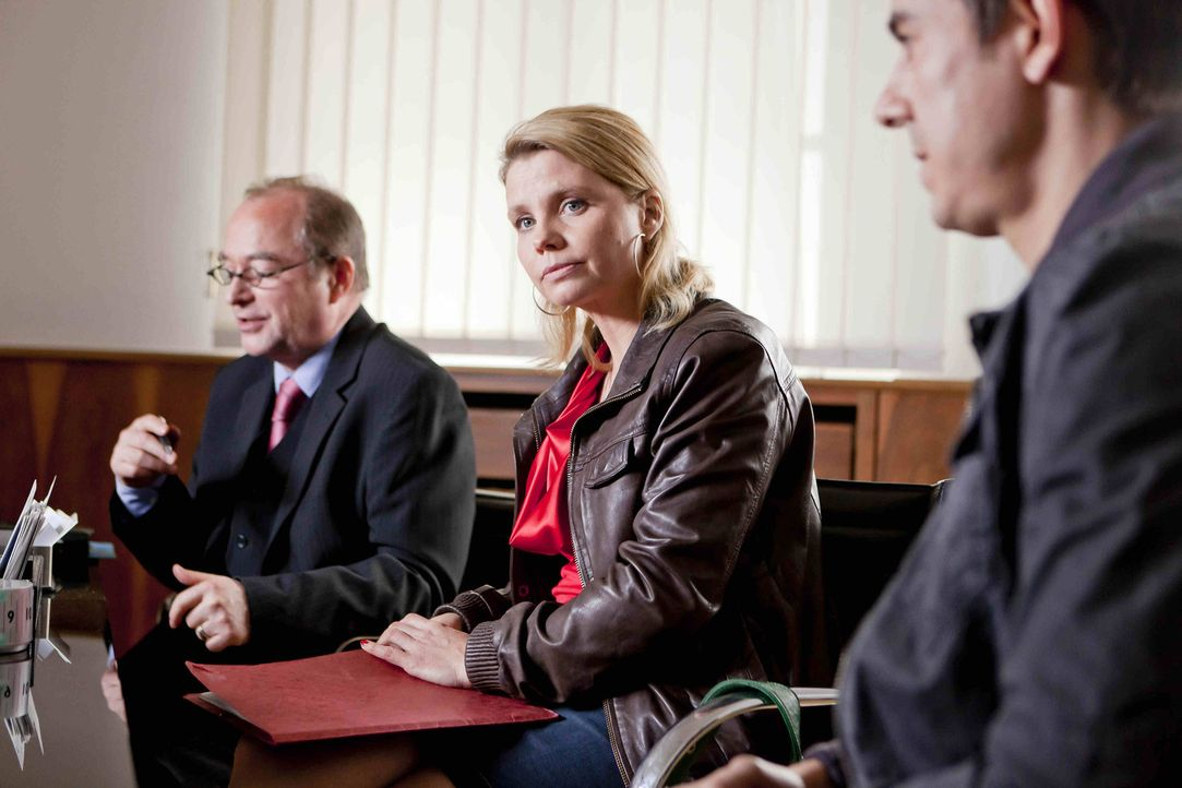 Nach ahnen Danni (Annette Frier, M.) und der Anwalt des Versorgungsamts (Egon Hofmann, l.) nicht, was der verlorene Fall für Feldwebel Hartmuth Wolf... - Bildquelle: Frank Dicks SAT.1