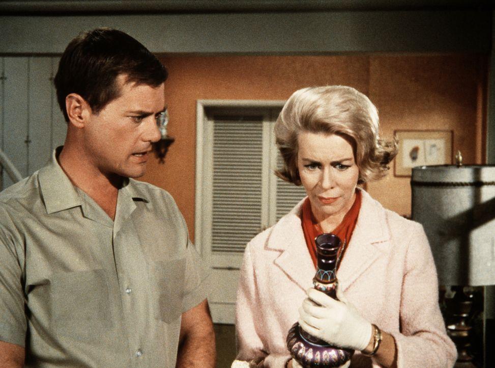 Amanda Bellows (Emmaline Henry, r.) entdeckt bei Tony (Larry Hagman, l.) zu Hause Jeannies Flasche, die sie unbedingt haben möchte. - Bildquelle: Columbia Pictures