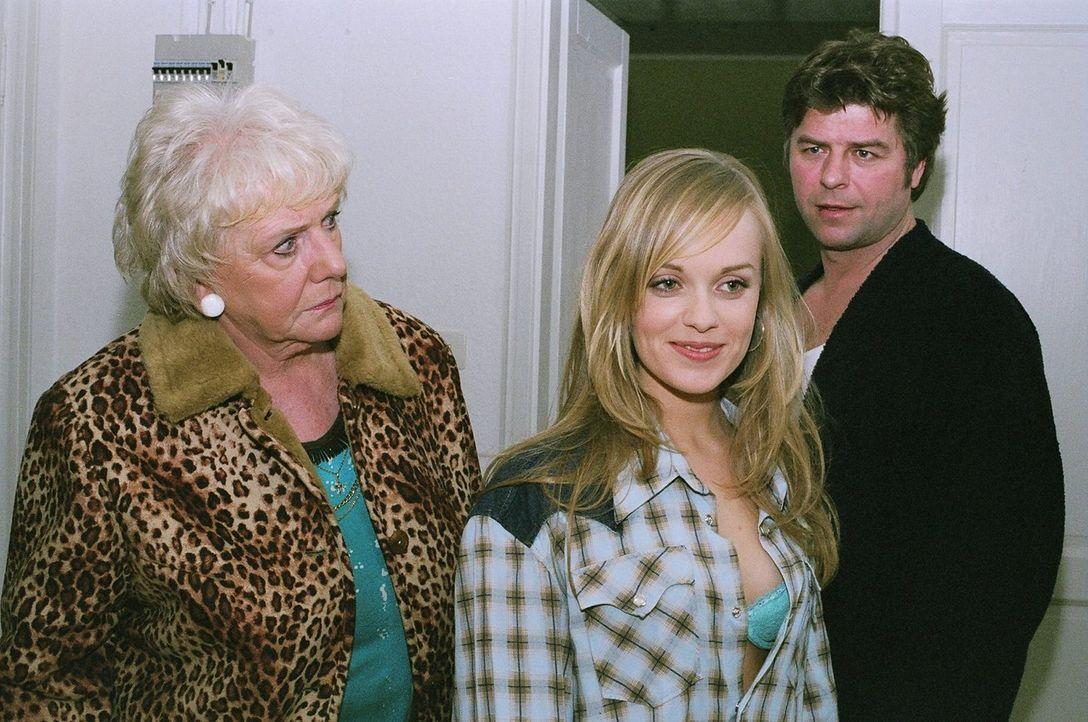 Berta (Ingrid Stein, l.) entdeckt empört, dass die junge und attraktive Andrea (Friederike Kempter, M.) diese Nacht in Jupps (Uwe Fellensiek, r.) Zi... - Bildquelle: Thekla Ehling Sat.1