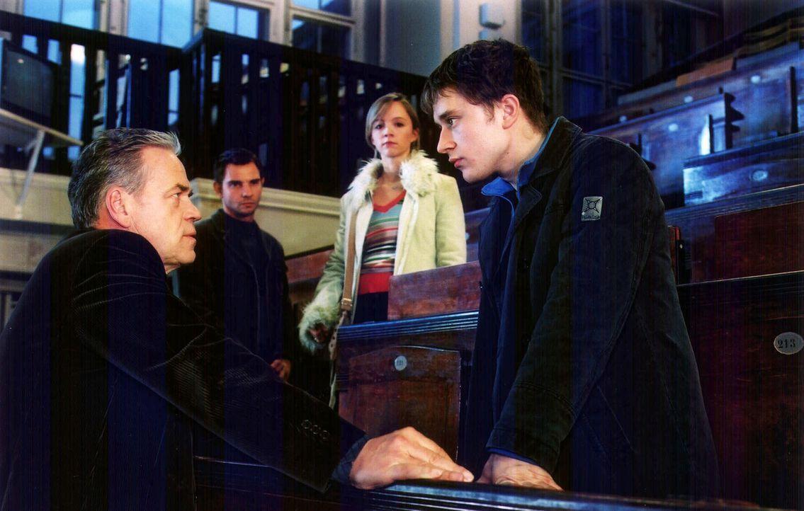 Kommissar Wolff (Jürgen Heinrich, l.) und Tom (Steven Merting, 2.v.l.) konfrontieren Tobias Kubiak (Adrian Topol, r.) mit den Aussagen von Jenny Gro... - Bildquelle: Claudius Pflug Sat.1