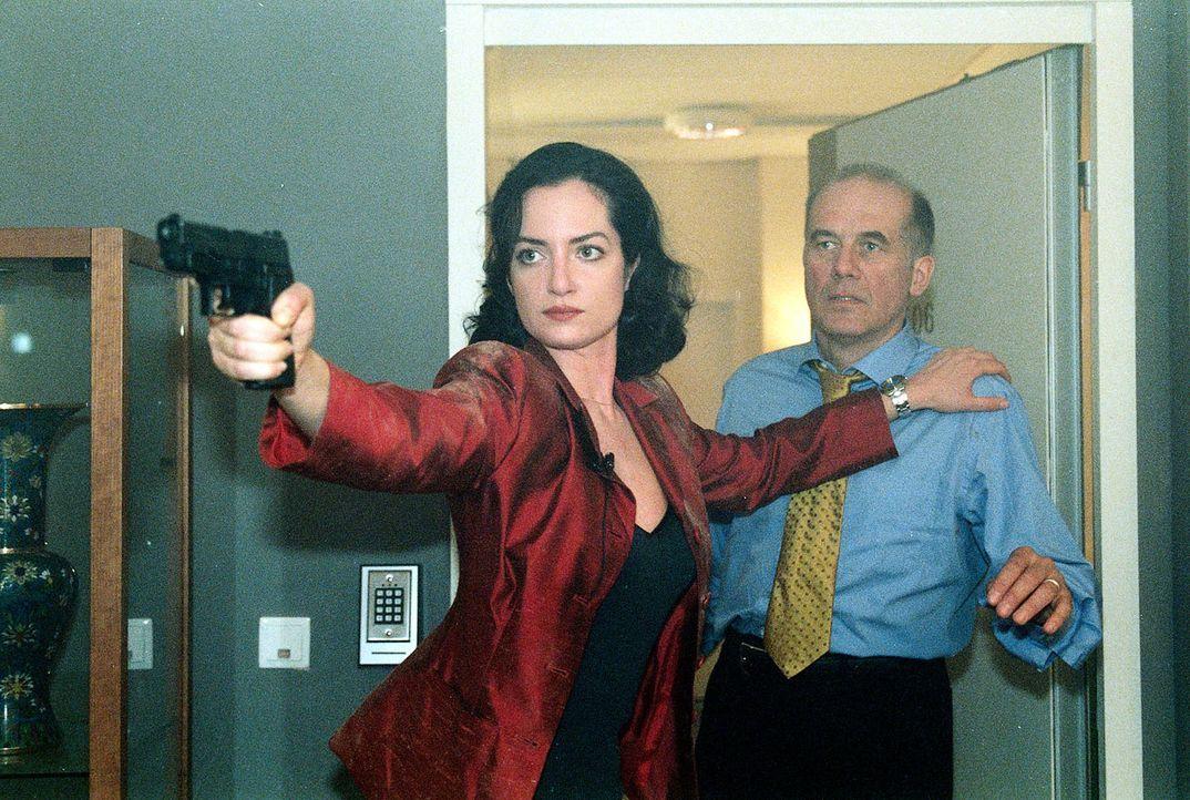 BKA-Agentin Helling (Natalia Wörner, l.) schützt den Kanzler (Hanns Zischler, r.) unter Einsatz ihres Lebens. - Bildquelle: Grabka Sat.1