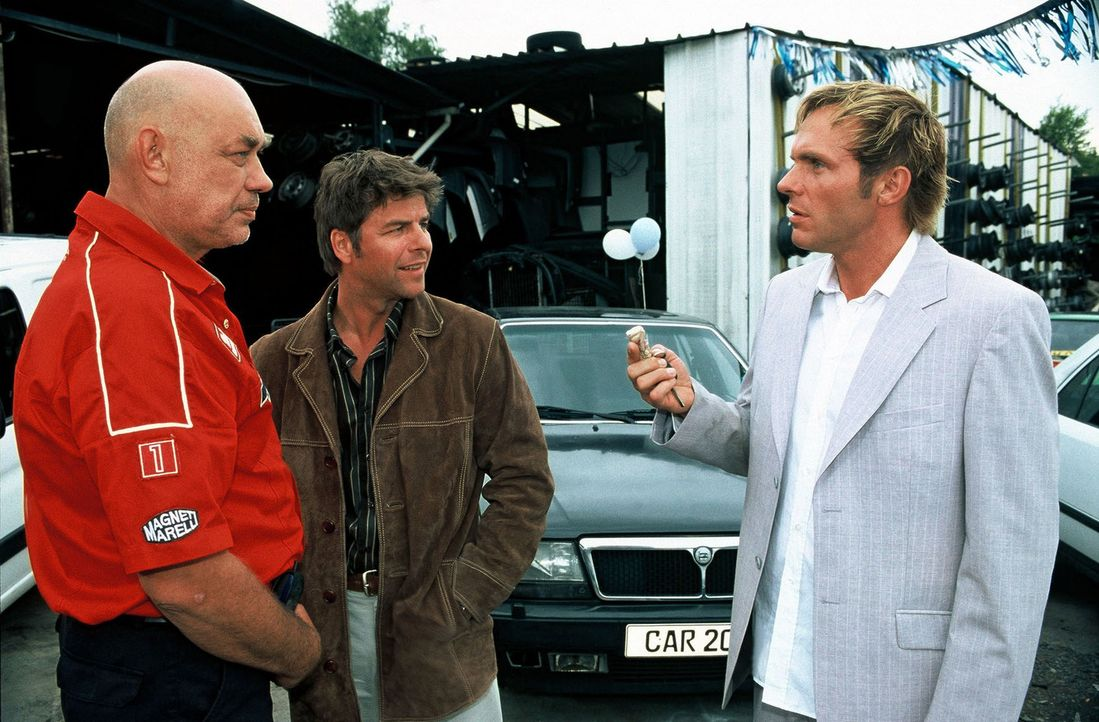 Jupp (Uwe Fellensiek, M.) und Falk (Dirk Martens, r.) befragen Wolters (Hans-Martin Stier, l.) zu dem Mordfall. - Bildquelle: Munstermann Sat.1