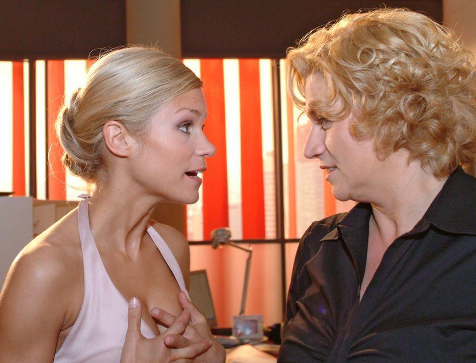 Sabrina (Nina-Friederike Gnädig, l.) interessiert sich brennend dafür, wie Agnes (Susanne Szell, r.), Hannah und Lisa an so viel Geld gekommen sind.... - Bildquelle: Monika Schürle Sat.1