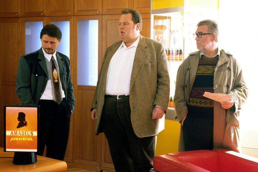 Benno (Ottfried Fischer, M.) und Leo Percht (Heinz Marecek, r.) befragen Bernd Mühlbacher (Christian Spatzek, l.) zu der Erpressung. - Bildquelle: Magdalena Mate Sat.1