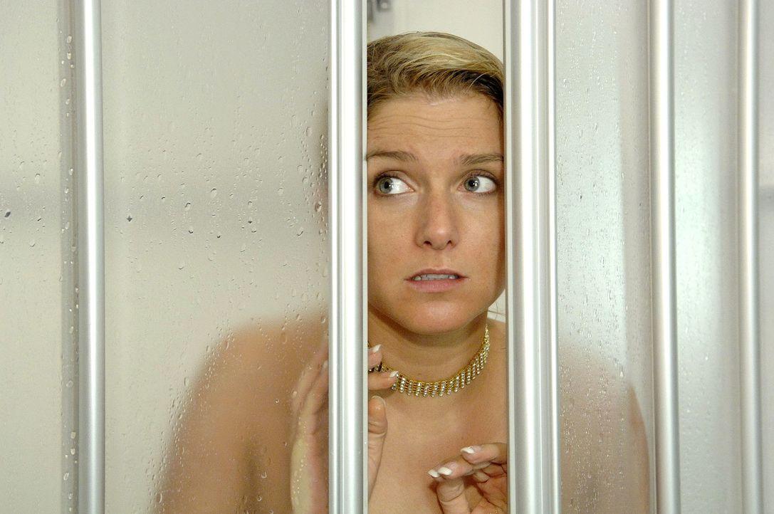 Anna (Jeanette Biedermann) glaubt, dass sie Jonas ein Liebesgeständnis gemacht hat und wartet auf seine Reaktion ... - Bildquelle: Claudius Pflug Sat.1