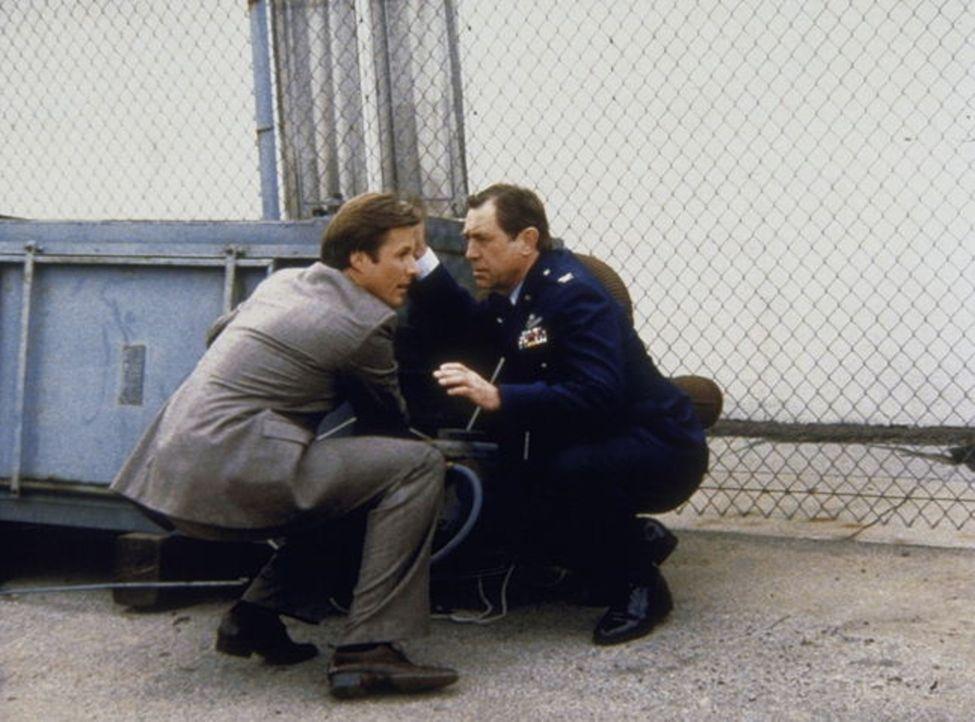 Lees (Bruce Boxleitner, l.) Onkel, der Luftwaffen-General Clayton (William Byrant, r.), steckt in großen Schwierigkeiten ....