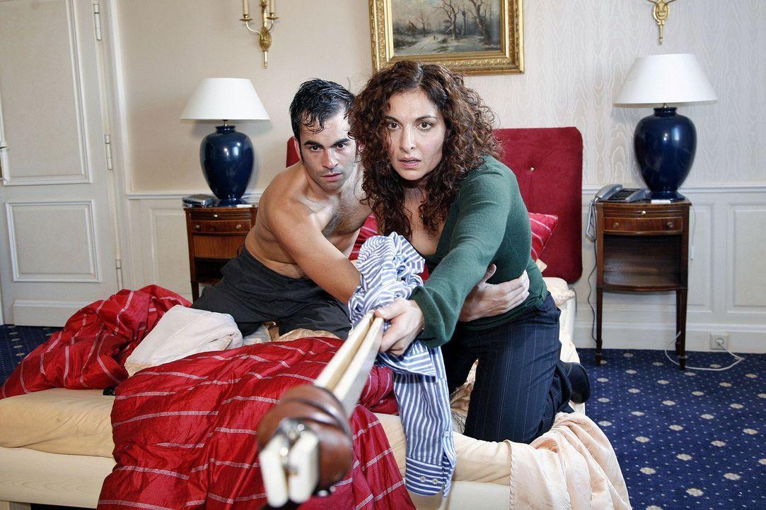 Judith (Proschat Madani, r.) und Marcus (Mathis Künzler, l.) sitzen in der Falle. Denn unter dem Hotelbett ist eine Zeitbombe mit Entlastungszünder... - Bildquelle: Monika Schürle Sat.1