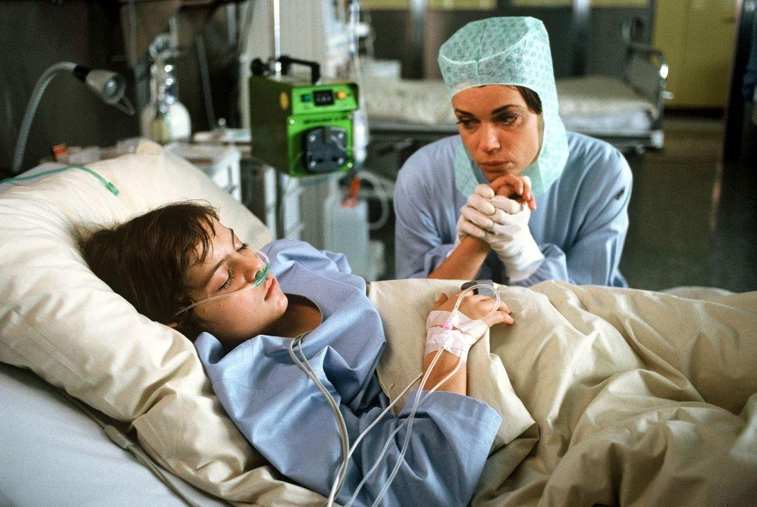 Dr. Simon (Simone Thomalla, r.) besucht Fredrik Bennet (Benjamin Wussow, l.), der an einem tödlichen Virus erkrankt ist. - Bildquelle: Krumwiede SAT.1 / Krumwiede