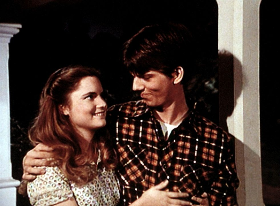 Kathy (Jennifer Jason Leigh, l.) behauptet, dass sie von Jim Bob (David W. Harper, r.) ein Kind erwartet. Jim Bob ist damit einverstanden, sie zu he... - Bildquelle: WARNER BROS. INTERNATIONAL TELEVISION