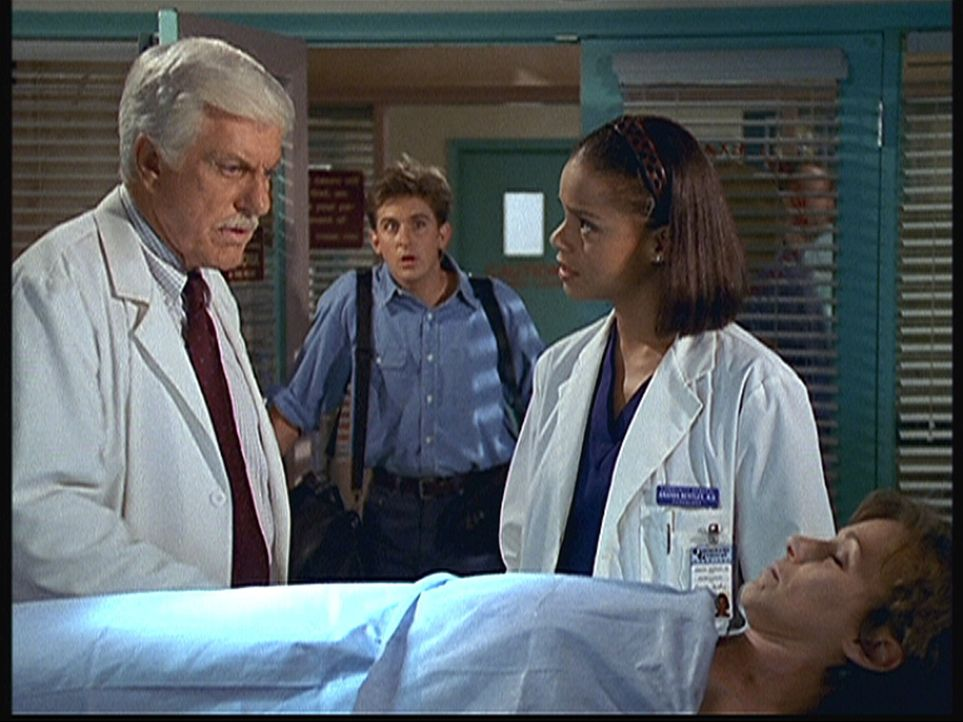 (v.l.n.r.) Mark (Dick Van Dyke), Jesse (Charlie Schlatter) und Amanda (Victoria Rowell) sind sehr besorgt um Rachel (Michele Greene), die einen Herz... - Bildquelle: Viacom
