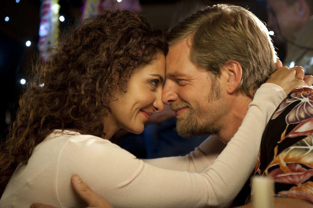 Mick (Henning Baum, r.) will Tanja (Proschat Madani, l.) zurück ins Leben holen und holt sie aus dem Krankenhaus. Dann allerdings übertreibt er es m... - Bildquelle: Martin Rottenkolber SAT.1 / Martin Rottenkolber