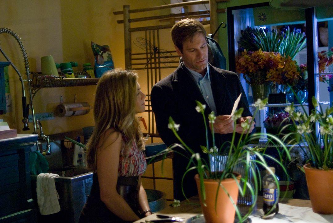 Die Hingabe mit der Eloise (Jennifer Aniston, l.) ihren Blumenladen betreibt, fasziniert Burke (Aaron Eckhart, r.) sehr ... - Bildquelle: Universal Pictures