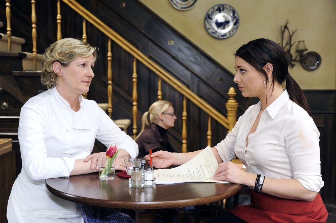 """Susanne (Heike Jonca, l.) und Paloma (Maja Maneiro, r.) beschließen, dass sie gemeinsam wieder um einen """"Stern"""" für die """"Goldelse"""" kämpfen werden. - Bildquelle: Oliver Ziebe Sat.1"""