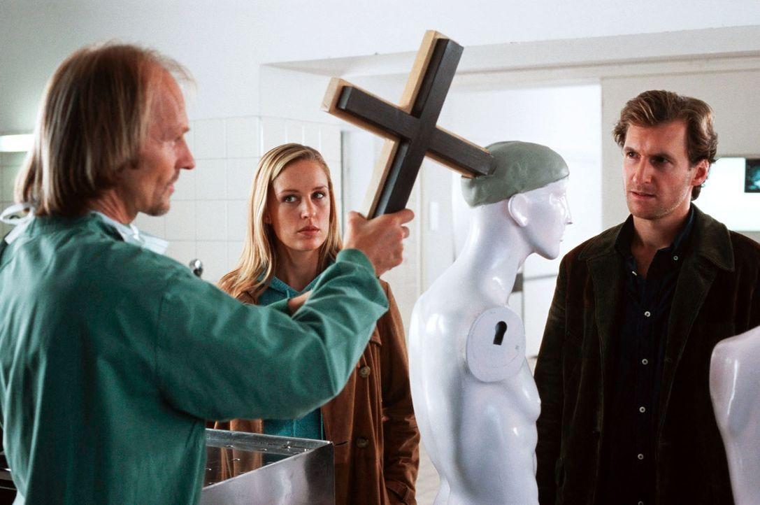 Dr. Jahn (Eisi Gulp, l.) findet mit seinen eigenen Methoden heraus, wie groß der oder die Täter in den Mordfällen in der Murnauer Kirche waren. Rebe... - Bildquelle: Kerstin Stelter Sat.1