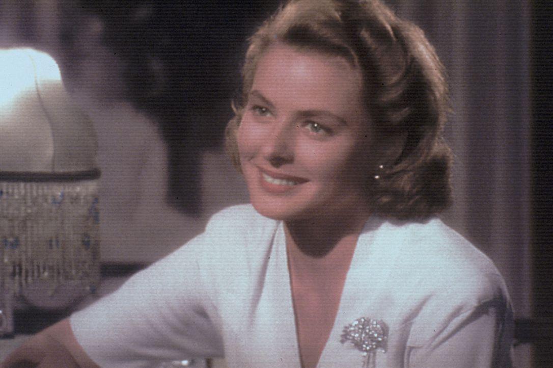 Im Zweiten Weltkrieg landen viele Menschen in Marokko. Doch leider kommt man ohne ein Ausreise-Visum nicht mehr weg. Auch Ilsa (Ingrid Bergman) und... - Bildquelle: Warner Bros. Television