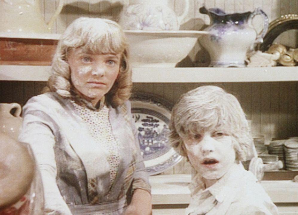 Die Suche nach Fingerabdrücken findet für Nellie (Alison Arngrim, l.) und Willie (Jonathan Gilbert, r.) ein baldiges Ende. Denn die Kinder haben aus... - Bildquelle: Worldvision