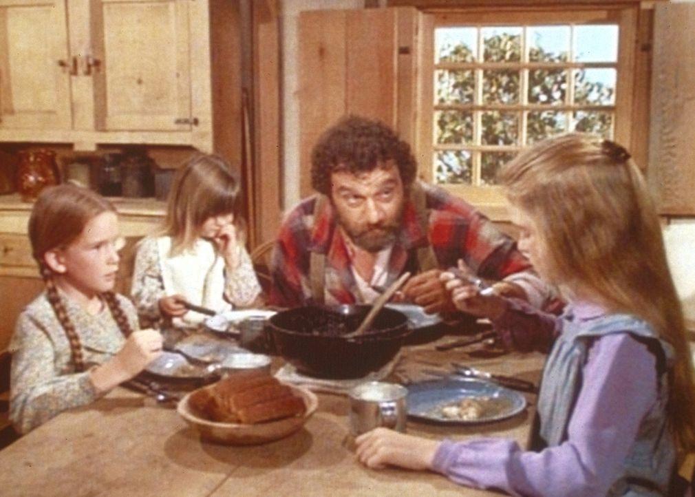 Mr. Edwards (Victor French, 2.v.r.) passt auf die drei Mädchen Laura (Melissa Gilbert, l.), Carrie (Lindsay Sidney Greenbush) und Mary (Melissa Sue... - Bildquelle: Worldvision