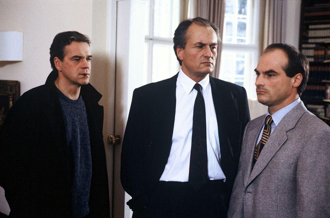 Der Politiker Zander (Dietrich Mattausch, M.) ist in einer verzwickten Situation. Sein Bodyguard Wolfgang Voss (Hans-Georg Panczak, r.) hat Polizeib... - Bildquelle: Alfred Raschke Sat.1