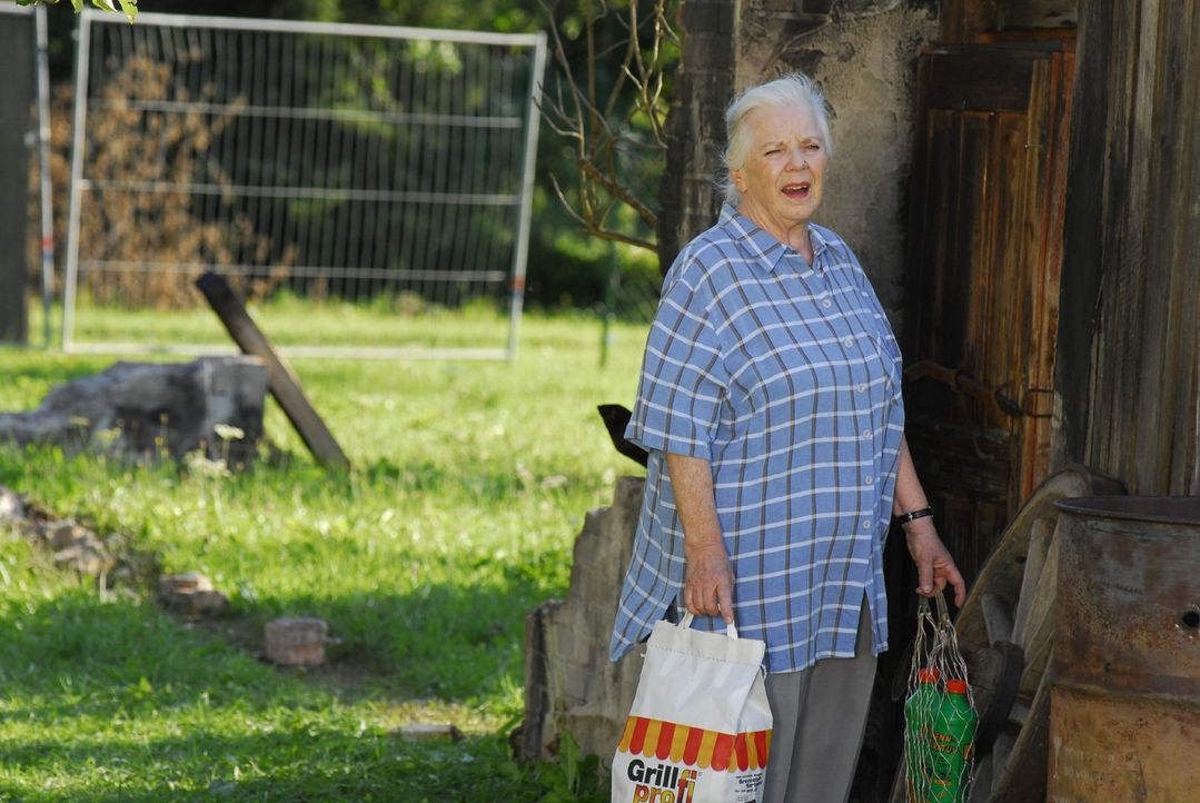 Resi Berghammer (Ruth Drexel) hat alle Pensionsgäste zu einem Grillfest eingeladen. Natürlich nicht ohne Hintergedanken ... - Bildquelle: Hans Seidenabel Sat.1