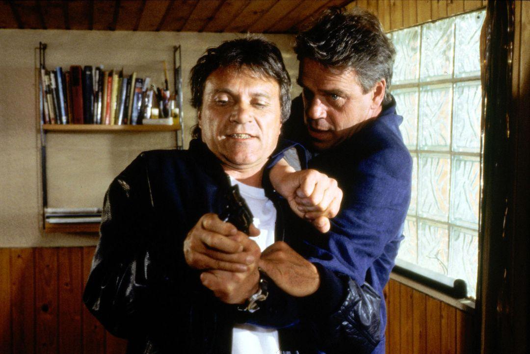 Hauptkommissar Wolff (Jürgen Heinrich, r.) hat sich dem Mordverdächtigen Mike (Wolfram Berger, l.) als Polizeibeamter zu erkennen gegeben. Mike hatt... - Bildquelle: Alfred Raschke Sat.1