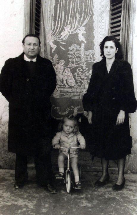 """Im Mai 1978 werden die Überreste von Giuseppe """"Peppino"""" Impastato (l.) an einer Bahnstrecke auf Sizilien gefunden. Die Polizei geht zunächst von ein..."""
