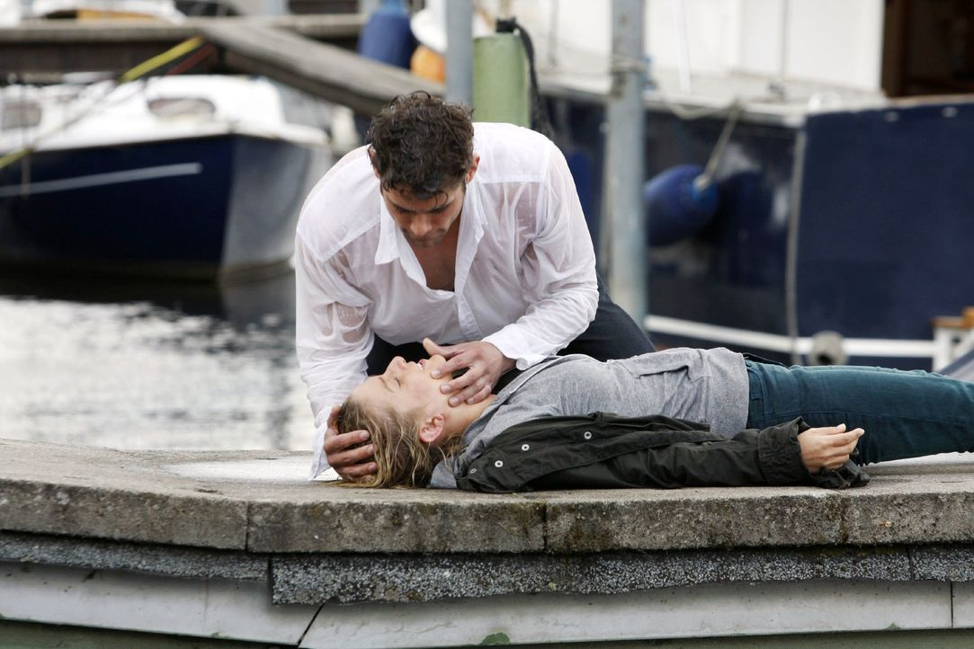 Jonas (Roy Peter Link, l.) zieht die bewusstlose Anna (Jeanette Biedermann, liegend) aus dem Wasser. Kann er sie noch rechtzeitig retten ...? - Bildquelle: Noreen Flynn Sat.1