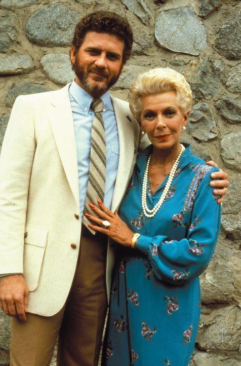 (2. Staffel) - Ein perfektes Duo: Chase (Robert Foxworth, l.) und seine etwas eigenwillige Mutter Jaqueline Perrault (Lana Turner, r.) sorgen für so... - Bildquelle: Warner Brothers