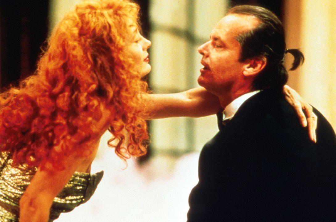 Auch Jane Spoford (Susan Sarandon, l.) verfällt schließlich dem teuflischen Charme des Playboys Daryl Van Horne (Jack Nicholson, r.) ... - Bildquelle: Warner Bros.