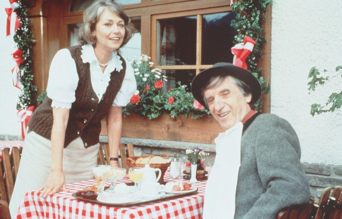 Elfriede Angerer (Ingeborg Schöner, l.); Herrn Konrad (Herbert Fux, r.) - Bildquelle: Beta Film GmbH
