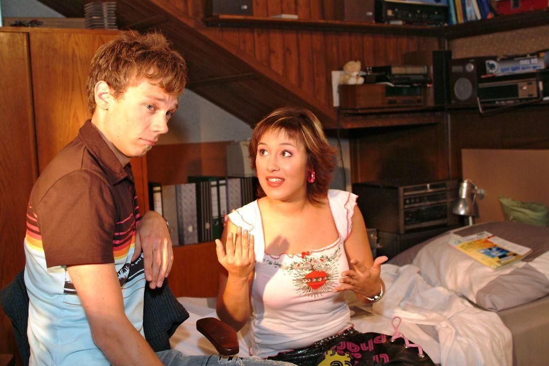 Jürgen (Oliver Bokern, l.) sucht bei Yvonne (Bärbel Schleker, r.) Rat und will von ihr wissen, wie er Lisas Herz für sich gewinnen kann. - Bildquelle: Monika Schürle Sat.1