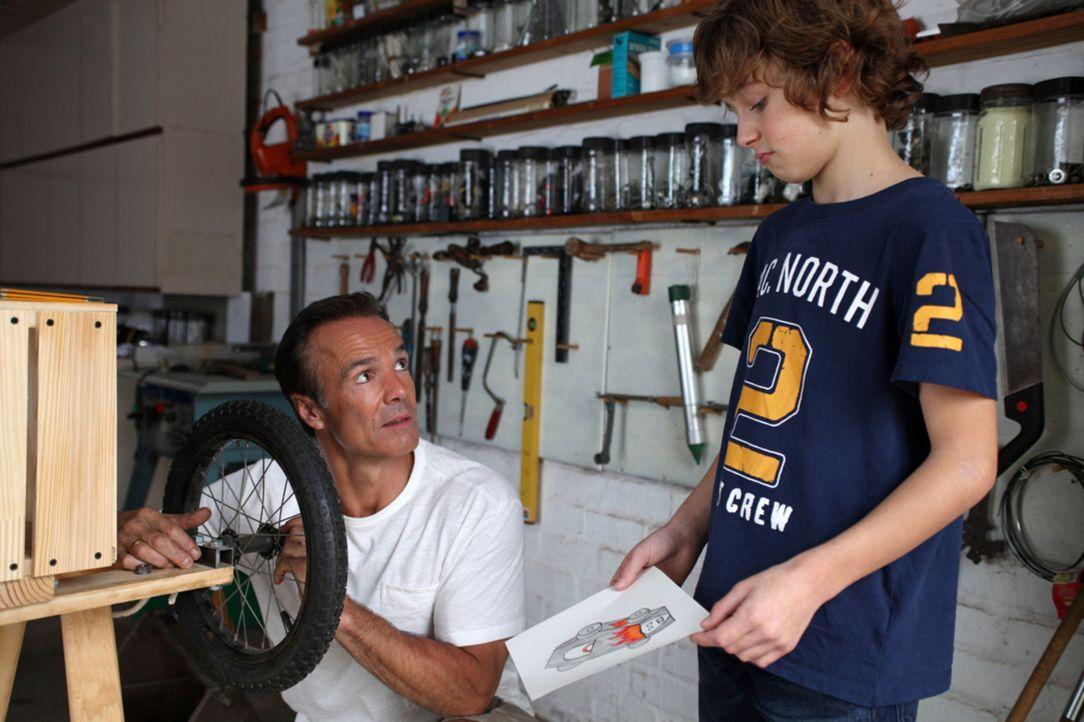 Gemeinsam mit seinem Vater soll Tommy (Max Boekhoff, r.) eine Seifenkiste für ein Rennen bauen. Doch Mattes (Hannes Jaenicke, l.) nimmt mit Feuereif... - Bildquelle: Boris Guderjahn SAT. 1